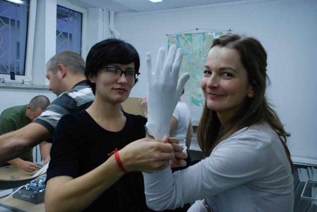 w białych rękawiczkach